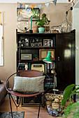 Runder Stuhl vom Regal mit alten Radios und Vintage-Deko