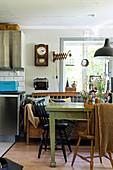 Grüner Tisch und Holzbank in der Wohnküche im Vintage-Stil