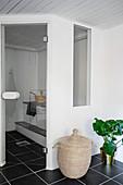 Gemauerte Sauna mit Glastür und Fenster im modernen Bad