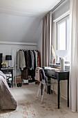Transparenter Stuhl am Konsolentisch im Schlafzimmer
