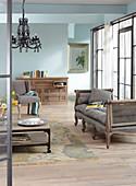 Wohnzimmer im französischen Vintage-Stil mit hellblauer Wand