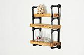 DIY-Regal aus Altholz und Rohren