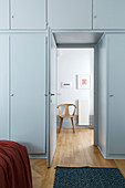 Einbauschränke um die Tür im Schlafzimmer, Blick in den Flur