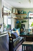 Sitzecke in Wohnküche mit Holzbank und Übereck-Regal für Küchenutensilien