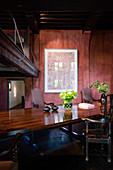 Tisch mit polierter Platte und antiken Holzstühlen in restauriertem Antwerpener Wohnhaus