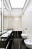 Elegantes Badezimmer mit schwarzem Marmor