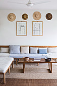 Schlichtes Wohnzimmer in Naturtönen mit Holzmöbeln