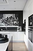Elegante, offene Küche im Schwarz-Weiß