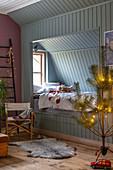 Hellblaues Alkovenbett in weihnachtlich dekoriertem Kinderzimmer
