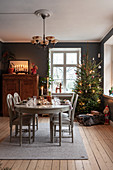 White, Georgian dining table in festively decorated interior