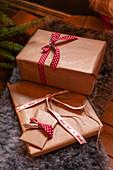 Verpackte Weihnachtsgeschenke auf Tierfell