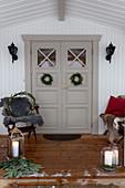 Weihnachtlich dekorierte, überdachte Veranda und Eingangstür
