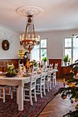 Festlich gedeckter Tisch im Esszimmer mit Kronleuchter