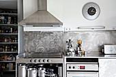 Küche in Grau-Weiß mit Edelstahl-Küchenzeile