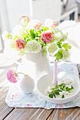 Schneeball mit Rosen in weißer Vase