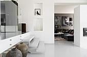 Eleganter offener Wohnraum mit weißer Treppe zum Split Level
