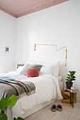 Weißes Schlafzimmer mit Stuckdecke in Altrosa