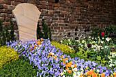 Grave design with horned violets