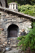 Masonry oven built using bricks and stone