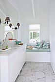 Kleines Bad in Weiß mit Polsterbank