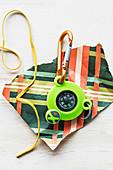 Kompass mit Schlüsselanhänger auf Geschenkpapier