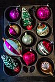 Weihnachtsschmuck (bunte Christbaumkugeln)