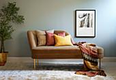 Gewürzfarben: Recamiere mit Kissen und Plaid in warmen Farben