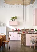 Offene Küche in Rosa Tönen, mit Weihnachtsdekoration