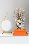 Table lamp with spherical lampshade and vase in the shape of a cheetah's head