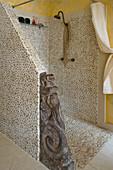 Duschbereich mit Kieselstein-Fliesen