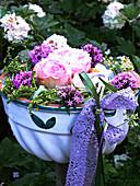 Alte Gugelhupfform mit nostalgischen Rosen und Rosenwaldmeister