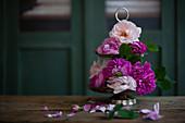 Etagere mit pinkfarbenen Rosen