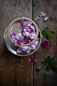 Etagere mit Rosenblütenblättern