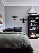 Kinderzimmer in dunklen Farben mit grauen Wänden und Stuck