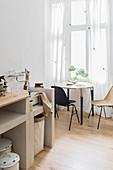 Selbstgebauter Spültisch in der kleinen Wohnküche in Naturtönen