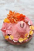 Kranz aus Papierblumen in Rosa, Orange und Gelb