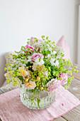 Sommerstrauß mit Rosen, Frauenmantel und Jungfer im Grünen