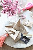 In Origamitechnik gefalteter Umschlag und Zwergflieder