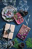Selbstgemachtes Aromawachs und Trockenblumen als Geschenkidee