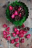Rote Tannenbäumchen aus Filz mit Zahlen in einer Backform