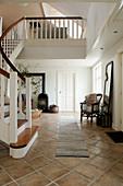 Gewendelte Treppe im klassischen Eingangsbereich mit braunem Fliesenboden