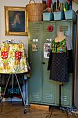 Kleiderständer und Schneiderpuppe mit selbstgenähter Kleidung vorm Spind