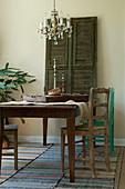 Holztisch und alte Stühle im rustikalen Esszimmer in Naturtönen