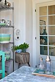 Deko in Grün und Blau in der Küche mit Sprossentür