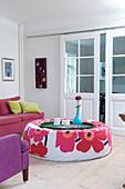 Gepolsterter Couchtisch mit Blumenmotiv im bunten Wohnzimmer