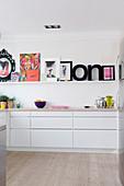 Bilderleiste mit bunten Bildern und Buchstaben in moderner Küche