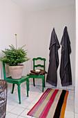 Grüne alte Stühle mit Weihnachtsbaum im Bad mit gestreiftem Läufer