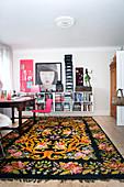Folklore-Teppich im Arbeitszimmer mit schwebenden Regalen