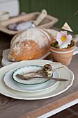 Wachteleier und Schnur auf dem Teller auf rustikal gedecktem Tisch
