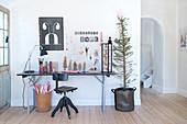 Biertisch als Schreibtisch mit Bastelsachen und weihnachtlicher Deko